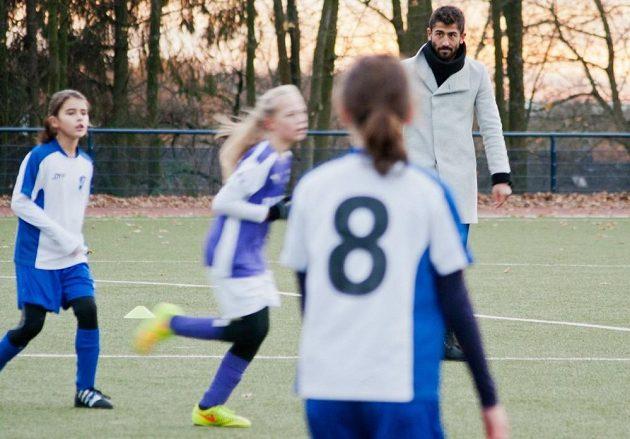 Kerem Demirbay z Düsseldorfu dostal za trest roli rozhodčího v dívčím zápase.