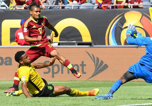 Útočník Venezuely Josef Martínez (17) dává jediný gól zápasu proti Jamajce.