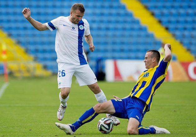 Liberecký záložník Tomáš Ďubek (vlevo) se snaží přejít přes Borise Sekuliče z Košic.