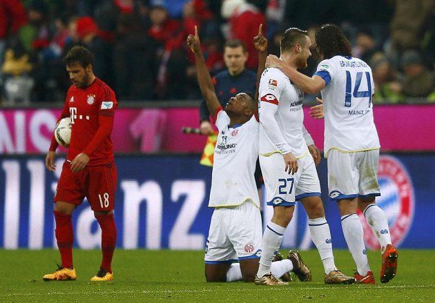 Jhon Cordoba (druhý zleva) z Mohuče jásá po gólu, kterým srazil Bayern. radují se i Julian Baumgartlinger (14) a Christian Clemens, vlevo Juan Bernat.