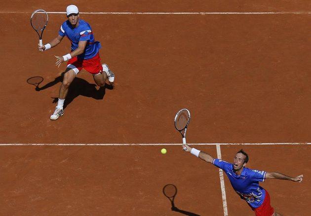 Radek Štěpánek (dole) a Tomáš Berdych v klíčovém semifinále Davis Cupu ve Francii.