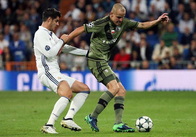 Útočník Realu Madrid Álvaro Morata (vlevo) v souboji o míč s Adamem Hlouškem z Legie Varšava.