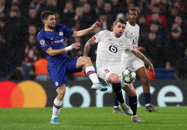 Mateo Kovačič z Chelsea a Xeka z Lyonu v souboji o míč.
