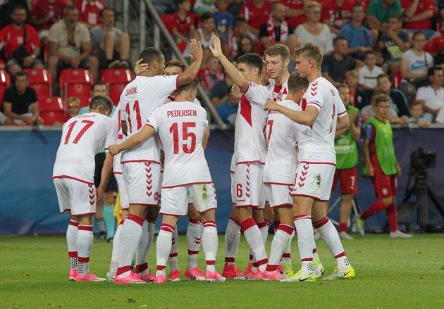 Fotbalisté Dánska se radují z gólu proti české reprezentaci na ME do 21 let.
