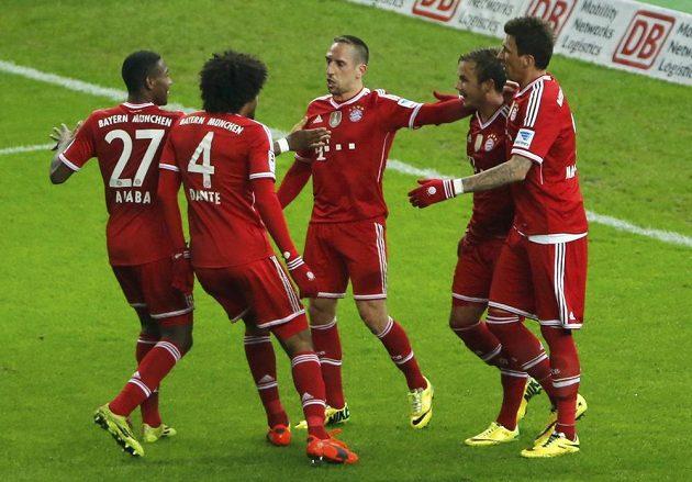 Radost fotbalistů Bayernu Mnichov po třetím gólu v síti Herthy Berlín (jeho autor Franck Ribéry uprostřed).