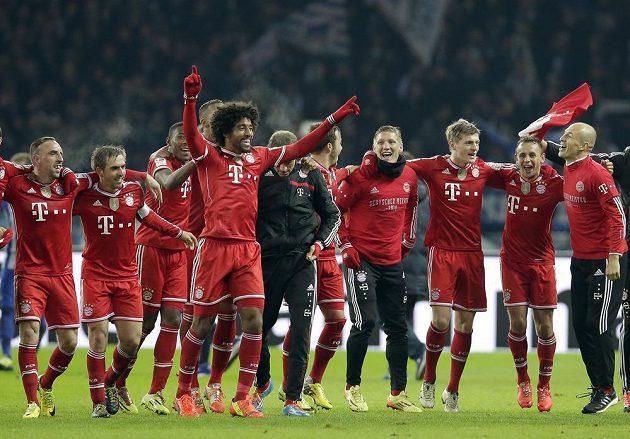 Radost hráčů Bayernu krátce poté, co vyhráli v Berlíně nad Herthou 3:1 a mohli začít slavit mistrovský titul.