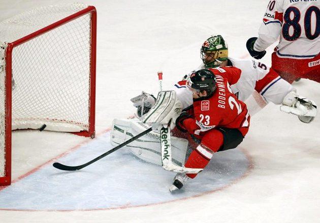 Švýcarský útočník Simon Bodenmann (v červeném dresu) střílí gól do sítě Česka.