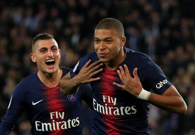 Devatenáctiletá hvězda Kylian Mbappé se ve francouzské fotbalové lize blýskl čtyřmi góly během 13 minut a pomohl PSG k vítězství 5:0 nad Lyonem. Na snímku slaví svou druhou trefu v utkání.