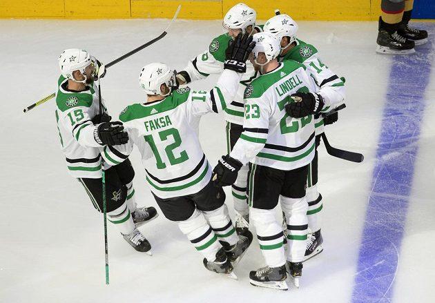 Rdost hokejistů týmu Dallas Stars. Gól v síti Vegas slaví Blake Comeau (15), Radek Faksa (12), Esa Lindell (23), Jamie Benn (14) a John Klingberg (3).