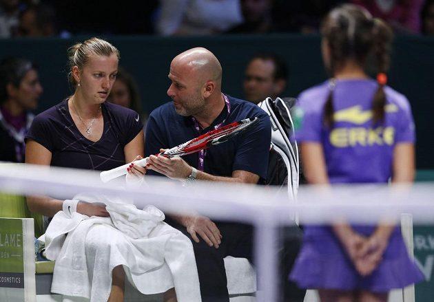 Petra Kvitová poslouchá rady svého trenéra Davida Kotyzy.