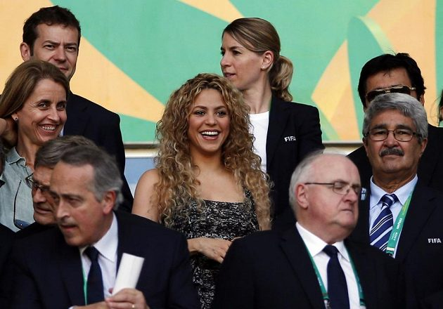 Kolumbijská zpěvačka Shakira (uprostřed), partnerka španělského obránce Gerarda Piquého, se usmívá v čestné lóži před zahájením semifinále Poháru FIFA proti Itálii.