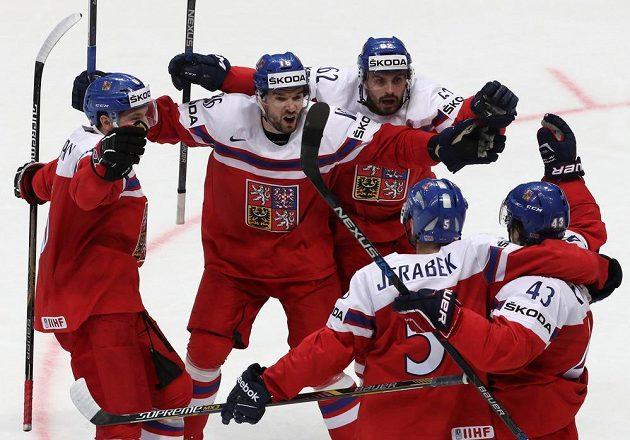 Čeští hokejisté slaví gól v zápasu proti Švédům.