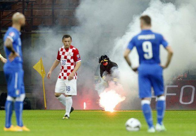 Na stadiónu v Miláně museli zasahovat hasiči.