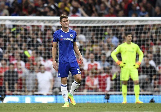Reakce Garyho Cahilla z Chelsea po obdržené brance proti Arsenalu. Vzadu je brankář Blues Thibaut Courtois.