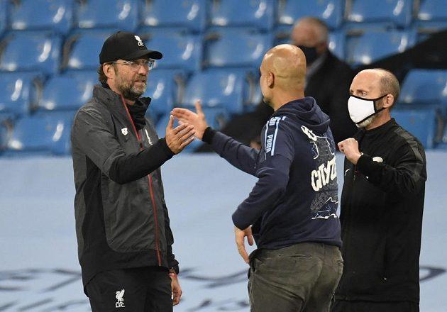 Slavní manažeři Jürgen Klopp a Pep Guardiola se zdraví před utkáním fotbalové Premier League mezi Liverpoolem a Manchesterem City.
