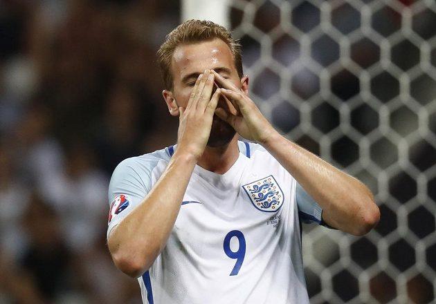 Angličan Harry Kane lituje promarněné šance proti Islandu.