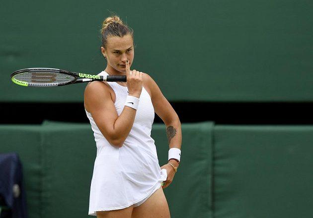 Běloruska Aryna Sabalenková v semifinále Wimbledonu s Karolínou Plíškovou.