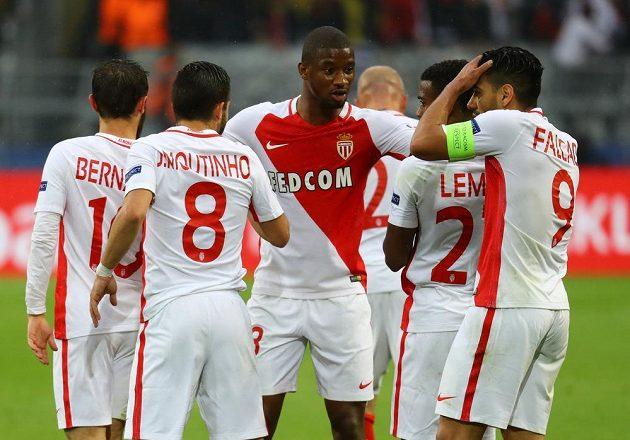 Almamy Touré a jeho spoluhráči z Monaka se radují po vlastní brance dortmundského Svena Bendera.