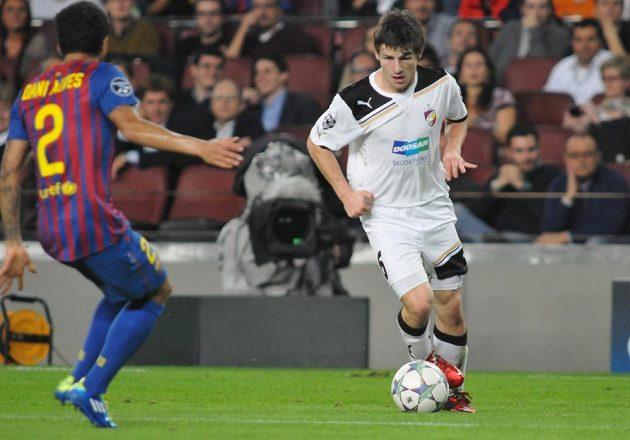 Záložník plzeňské Viktorie Václav Pilař se pokouší obehrát obránce Barcelony Daniho Alvese v zápase Ligy mistrů z října 2011 na Camp Nou.