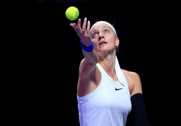 Petra Kvitová podává během utkání na Turnaji mistryň proti Ashleigh Bartyové.