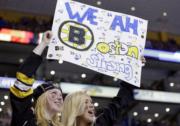 Diváci na plakátech vyjadřují jednotu a sílu Bostonu po pondělních bombových útocích v cíli tamního maratónu.