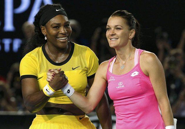Americká tenistka Serena Williamsová (vlevo) si podává ruku s Polkou Agnieszkou Radwaňskou po semifinálovém zápase Australian Open.
