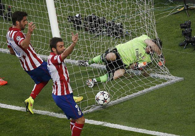 Gólman Realu Iker Casillas (vpravo) i míč jsou v síti. Atlético po hlavičce Diega Godína vedlo ve finále LM 1:0.
