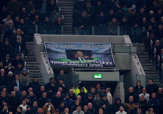 Nadšení fanoušci Tottenhamu Hotspur po výhře nad Crystal Palace na novém stadionu.