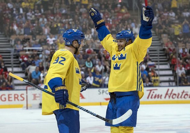 Švédští hokejisté Gabriel Landeskog (92) a Erik Karlsson (65) po úvodní trefě proti Rusku.