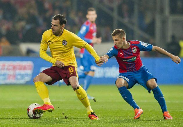 Sparťan Marek Matějovský (vlevo) si kryje míč před Patrikem Hrošovským z Plzně.