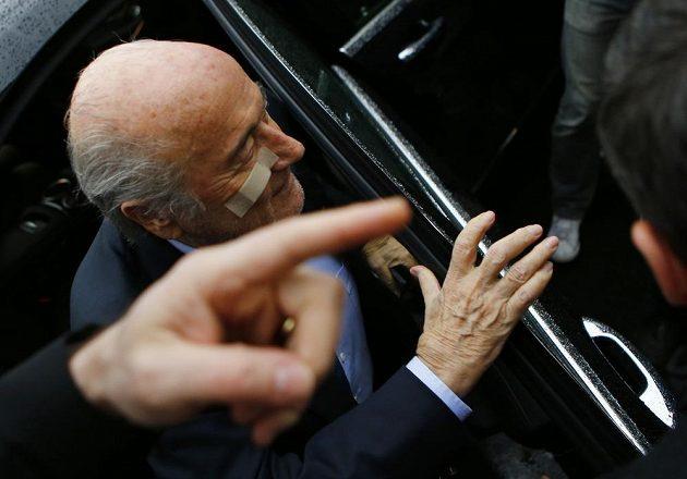 Sepp Blatter v den, kdy mu etická komise FIFA na osm let zakázala činnost ve fotbale.