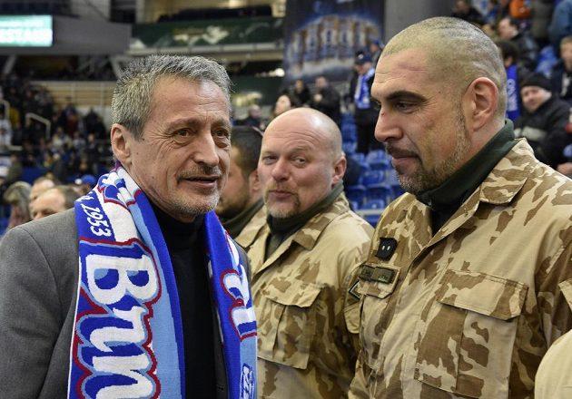 Před začátkem zápasu Brno - Třinec předal domácí klub zástupcům Vojenského fondu solidarity výtěžek z aukce dresů z Hokejových her Brno 2016. Na snímku vlevo je ministr obrany Martin Stropnický.