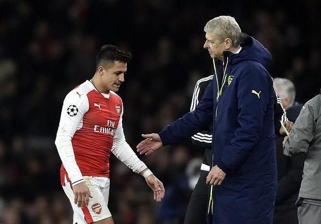 Alexis Sánchez z Arsenalu jde ze hřiště v odvetném osmifinále Ligy mistrů s Bayernem Mnichov, za výkon mu děkuje trenér Arséne Wenger. Arsenal doma utrpěl další debakl.