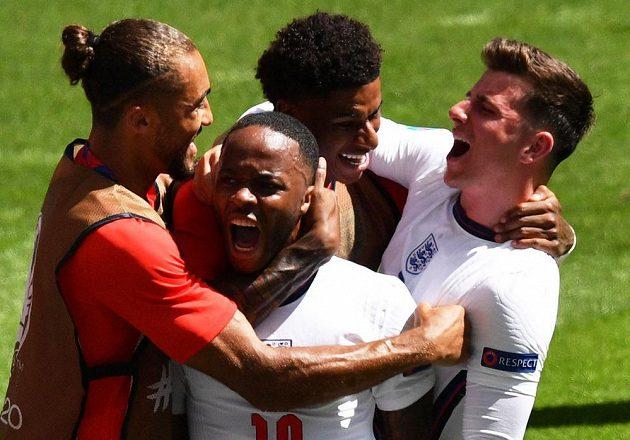 Anglická radost ve Wembley. Raheem Sterling slaví se spoluhráči gól do sítě Chorvatska.
