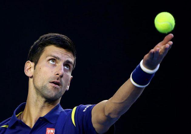 Srbský tenista Novak Djokovič servíruje ve finále mužské dvouhry na Australian Open.