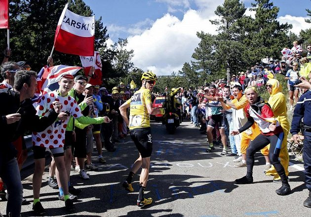 Kde mám náhradní kolo? Brit Chris Froome netrpělivě vyhlíží doprovodné vozidlo svého týmu.