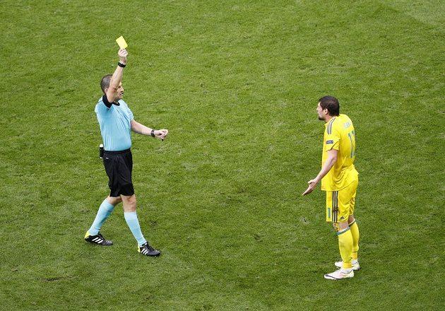Rozhodčí Pavel Královec ukrazuje žlutou kartu Ukrajinci Jevhenu Selezněvovi.
