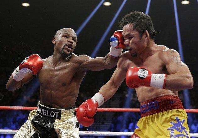 Floyd Mayweather Jr. (vlevo) přechází do útoku, Pacquiao schytává úder.