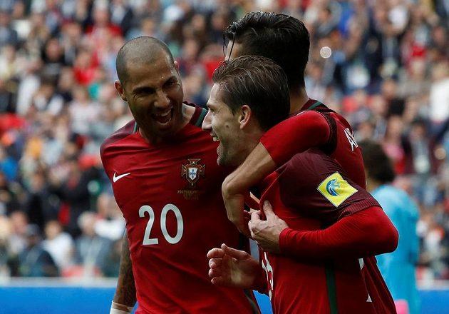 Radost portugalských fotbalistů po gólu Adriena Silvy.