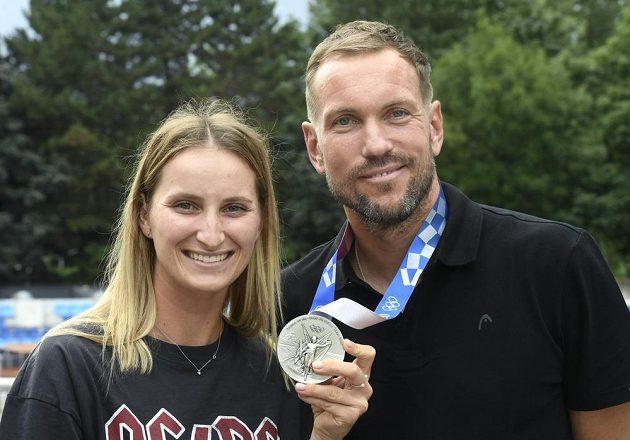 Tenistka Markéta Vondroušová a její trenér Jan Mertl pózují se stříbrnou medailí z ženské dvouhry po příletu z olympijských her v Tokiu.