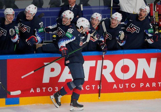 Americký zadák Christian Wolanin přijímá od spoluhráčů gratulace ke svému gólu proti Německu.