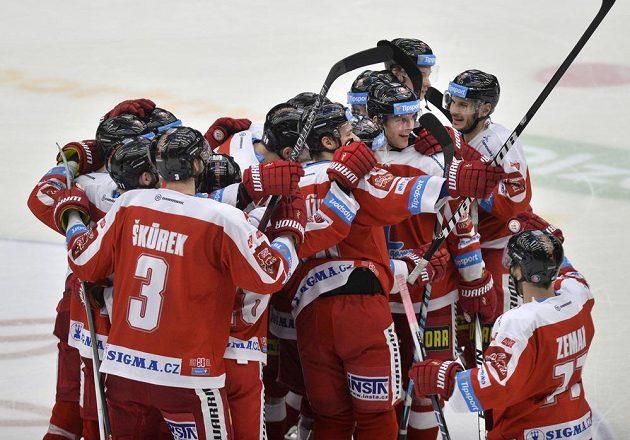 Radost hráčů Olomouce z vítězného utkání v Plzni.