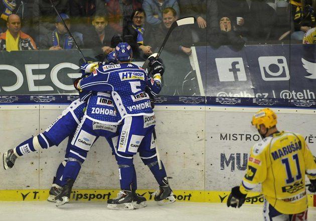 Hokejisté Komety Brno slaví gól na ledě Zlína ve třetím čtvrtfinálovém zápase play off extraligy.