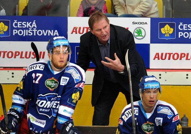 Trenér Komety Alois Hadamczik udílí pokyny svým svěřencům.