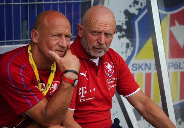 Zamyšlený trenér české reprezentace Karel Jarolím (vpravo) a jeho asistent Boris Kočí.