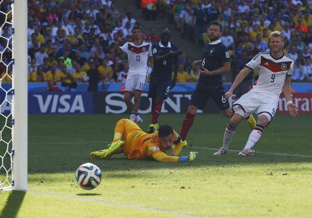 Francouzský brankář Hugo Lloris sleduje, jak Němec Andre Schürrle (vpravo) ve čtvrtfinále pálil ve velké šanci vedle.