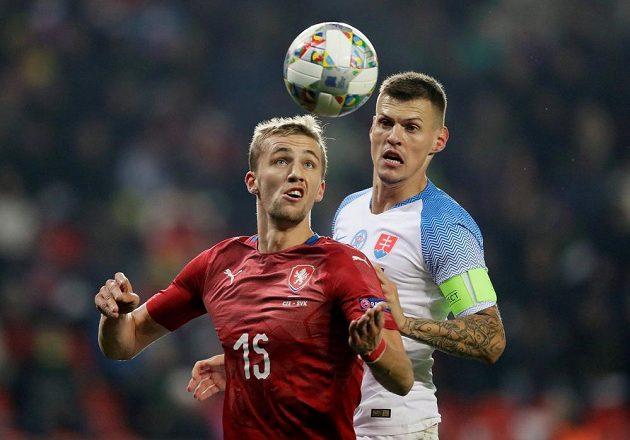 Tomáše Součka (vpředu) si pečlivě hledí Martin Škrtel.