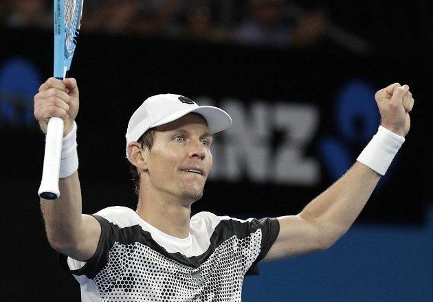 Tomáš Berdych se raduje z postupu do osmifinále Australian Open.