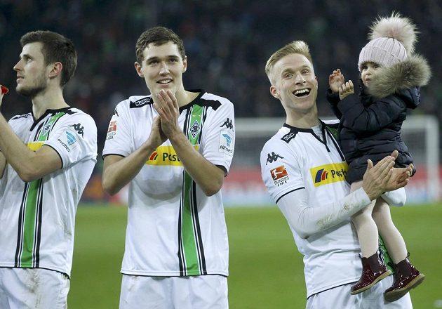 Hráči Mönchengladbachu (zleva) Havard Nordtveit, Andreas Christensen a Oscar Wendt po výhře nad Bayernem.