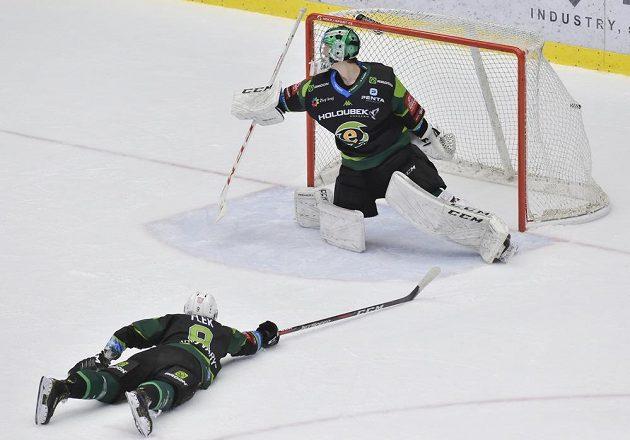 Vítězný gól Třince v prodloužení. Zleva Jakub Flek z a brankář Jan Bednář z Karlových Varů.
